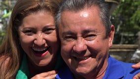Gelukkig Echtpaar bij Openbaar Park stock videobeelden