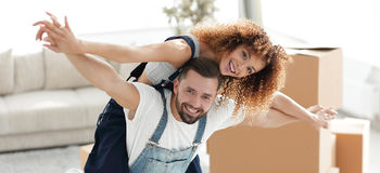 Gelukkig echtpaar in een nieuw huis Royalty-vrije Stock Fotografie