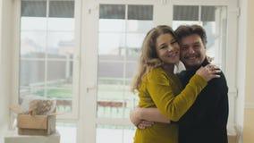 Gelukkig echtpaar in nieuw huis stock footage