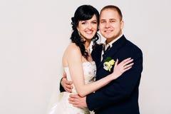 Gelukkig echtpaar in studio Stock Foto's