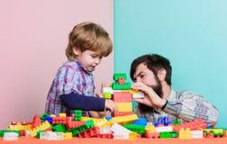 Gelukkig een familie te zijn kleine jongen met papa die samen spelen vader en zoonsspelspel de bouw met aannemer Liefde stock foto's
