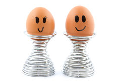 Gelukkig eipaar in eierdopjes stock afbeelding