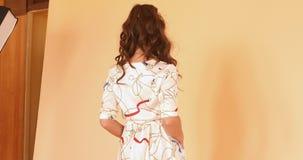 Gelukkig elegant meisje in het witte kleding spelen met lang haar stock footage