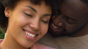 Gelukkig en afro Amerikaans paar die, nabijheid, geestelijke affiniteit omhelzen glimlachen stock video