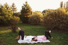 Gelukkig en jong zwanger paar Stock Foto