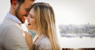 Gelukkig en openlucht paar die glimlachen dateren royalty-vrije stock afbeelding