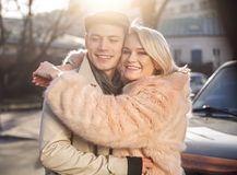 Gelukkig en paar die in openlucht glimlachen omhelzen Stock Foto