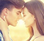 Gelukkig en paar die in openlucht kussen koesteren Royalty-vrije Stock Foto's