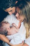 Gelukkig en paar die pasgeboren over omhelzen kijken Stock Foto's