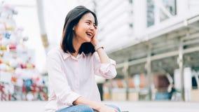 Gelukkig en portret die van jonge vrouw glimlachen stock afbeeldingen