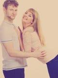 Gelukkig enamoured paar die elkaar koesteren Royalty-vrije Stock Foto