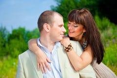 Gelukkig enamoured paar het omhelzen Royalty-vrije Stock Foto