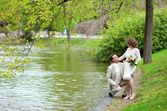 Gelukkig enkel echtpaar dichtbij water royalty-vrije stock foto