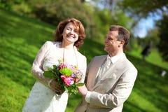 Gelukkig enkel echtpaar in openlucht stock foto