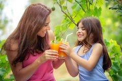 gelukkig familie het drinken sap royalty-vrije stock foto