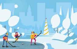 Gelukkig familie speelhockey in park in de stad Bomen met sneeuw, blauw en aquakleuren, Kerstmisboom op achtergrond Horizontaal v Royalty-vrije Stock Foto's