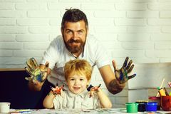 Gelukkig familieart Kleurrijk handenconcept Vader en zoonsvriendschap Het weekend van de familie stock afbeelding