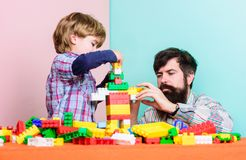 Gelukkig familieconcept de bouwhuis met kleurrijke aannemer Kindontwikkeling kleine jongen met papa die samen spelen stock foto