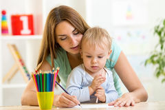 Gelukkig familieconcept - moeder en kindjongen Stock Afbeeldingen