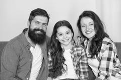 Gelukkig familieconcept moeder en vaderliefdedochter Meisje met ouders vertrouwen en relatieve banden Man en Vrouw stock afbeeldingen