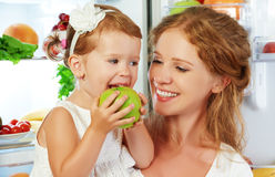 Gelukkig familiemoeder en kind met gezonde voedselvruchten en veget Stock Foto's