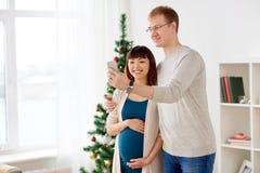 Gelukkig familiepaar die selfie bij Kerstmis nemen Royalty-vrije Stock Afbeelding