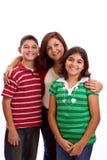 Gelukkig familieportret die samen - geïsoleerd over witte achtergrond glimlachen Royalty-vrije Stock Foto