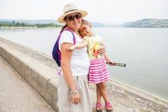 Gelukkig familieportret openlucht royalty-vrije stock foto
