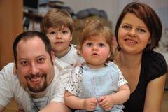 Gelukkig familieportret thuis Royalty-vrije Stock Foto