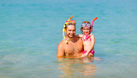 Gelukkig familievader en kind die masker dragen en op beac lachen Royalty-vrije Stock Foto's