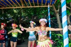 Gelukkig Filipijns portret die in Crystal Cove in Boracay Islan dansen royalty-vrije stock afbeeldingen