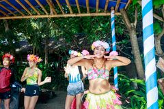 Gelukkig Filipijns portret die in Crystal Cove in Boracay Islan dansen stock foto