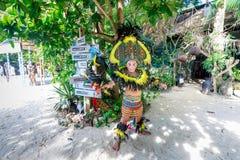 Gelukkig Filipijns portret die in Crystal Cove in Boracay Islan dansen stock afbeelding