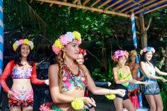 Gelukkig Filipijns portret die in Crystal Cove in Boracay Islan dansen royalty-vrije stock afbeelding