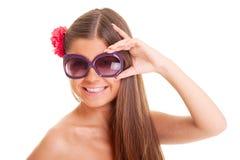 Gelukkig gebruind meisje in zonnebril stock fotografie