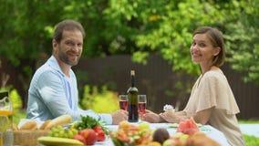 Gelukkig gehuwd hebbend glazen wijn in eigen contry huis, krediet financiering stock videobeelden