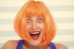 Gelukkig gek meisje met omg of wauw gelaatsuitdrukking Gelukkig meisje met gekke blik wow verrast gelukkig meisje met sinaasappel stock foto's