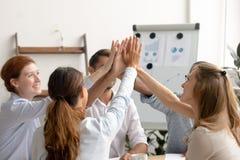 Gelukkig gemotiveerd commercieel team die hoogte vijf na succesvol groepswerk geven royalty-vrije stock afbeeldingen