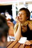 Gelukkig gesprek bij koffie royalty-vrije stock foto's