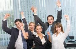Gelukkig gesturing commercieel team Royalty-vrije Stock Foto's