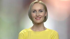 Gelukkig gezicht van mooie blondevrouw stock footage