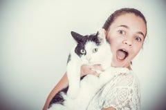 Gelukkig gioyful meisje met kat stock afbeeldingen