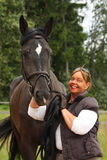 Gelukkig glimlachend bejaarde en zwart paardportret Royalty-vrije Stock Foto