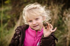 Gelukkig glimlachend blond meisje in openlucht stock foto's