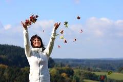 Gelukkig glimlachend de herfstmeisje Royalty-vrije Stock Afbeelding