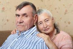 Gelukkig glimlachend hoger paar die samen thuis omhelzen royalty-vrije stock foto's