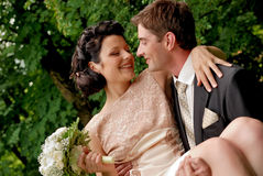 Gelukkig glimlachend huwelijkspaar in openlucht. Royalty-vrije Stock Foto's