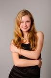 Gelukkig glimlachend jong meisje in zwarte kleding Royalty-vrije Stock Foto
