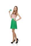 Gelukkig glimlachend meisje die lege creditcard, op witte backgroun tonen Stock Foto