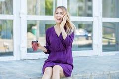Gelukkig glimlachend meisje die op de telefoon spreken Stedelijk concept levensstijl, het werk Royalty-vrije Stock Foto's